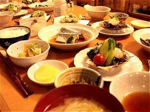 東大雪ぬかびらユースホステル:夕食の一例です。日替わりで、和風と洋風の家庭料理をお出ししています。