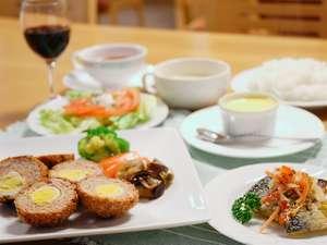 東大雪ぬかびらユースホステル:洋食の一例です。手作りのデザート付です。
