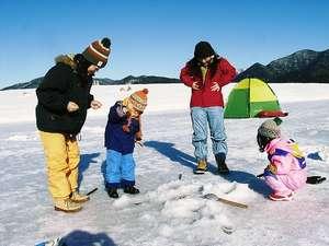 東大雪ぬかびらユースホステル:冬の糠平湖ではワカサギ釣りを楽しむことができます