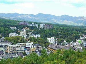 草津温泉ホテルリゾート:窓からは雄大な山々を眺めることができます。四季折々の風景をお楽しみください。