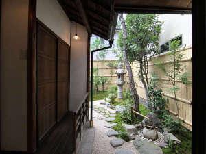 紫野 しおん庵:季節折々の表情が楽しめる坪庭を望む和室