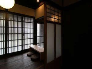 紫野 しおん庵:京町家独特のの格子の陰影が美しい