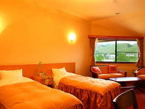 白樺湖畔の宿 心ゆらり味さわわ 湖風:ホテルのように広めに設計された客室(全室バストイレ付)白樺湖と山々を望める眺望も魅力的なお部屋です。