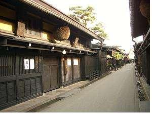 飛騨高山の観光名所『古い町並み』は車で約7分のところにあります。
