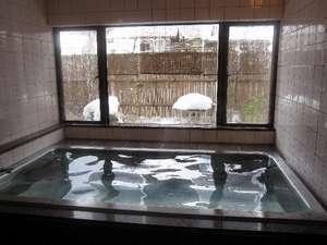 雪景色の中庭を眺めながらの貸切風呂…いい湯です!