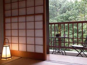 金盛館せゝらぎ (せせらぎ):【小さなテラスのある客室】お部屋のテラスからは四季折々に美しい景観を望めます。