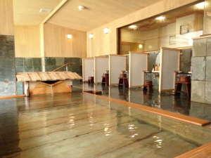 金盛館せゝらぎ (せせらぎ):【大浴場】自家源泉100%かけ流しの贅沢を、開放感抜群の大浴場で。