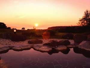 新冠温泉 レ・コードの湯 ホテルヒルズ:和風風呂の露天から見る太平洋に沈む夕陽