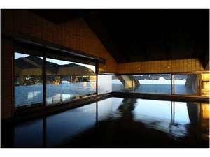 大浴場でのんびり宮島の景色を楽しむ贅沢なひととき。