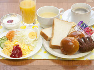 スマイルホテル大津瀬田:朝食、盛り付け例(パン、スクランブルエッグ、サラダ、手作りヨーグルト、コーヒー、スープ、ジュース)