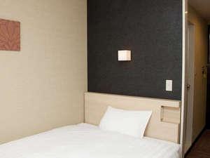 スマイルホテル大津瀬田:■シングルルーム 15㎡・ベッド幅140cm・サータ社製ポケットコイルマットレス使用