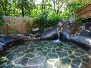 旅館千湯楼:木立ちに囲まれた露天風呂。朝の木漏れ日の中での入浴が特にオススメです。