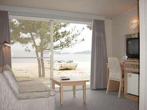 アモーレ テシマ リゾート:【ビーチコテージ室内】目の前はプライベートビーチ。波の音を聴きながら目覚める朝…