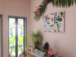 ケーズルーム白浜:玄関は明るい日差しが入り、カワイイ雑貨がいっぱい☆