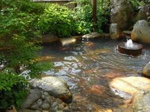 湯屋温泉 炭酸泉の宿 泉岳舘:石臼から天然の炭酸泉が湧き流れ、清流からの涼しい風に癒やされる貸切露天風呂 夕涼み露天がおすすめ