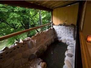 湯屋温泉 炭酸泉の宿 泉岳舘:川底見える清流沿いの客室露天風呂.炭酸泉源泉掛け流し独り占め.色もみじ紅葉露天おすすめです