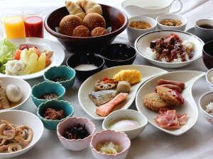 青森ワシントンホテル:品数豊富な朝食ブッフェ。月替わりのおすすめメニューや郷土料理、B級グルメなども楽しめます!