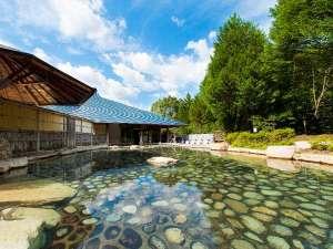 わたらせ温泉 ホテルやまゆり:『源泉かけ流し大露天風呂』男女合わせて11の浴槽があり一度に500名が入浴可。利用時間6:00~22:00