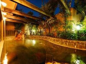 阿蘇ホテル一番館・二番館:大浴場の露天風呂。かけ流しの温泉で至福の湯浴みを。当館は阿蘇地区唯一の「源泉湯宿を守る会」会員。