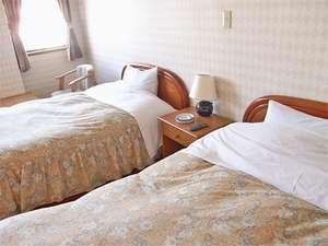 料理旅館 鹿久居荘(かくいそう) 日生店:【洋室】海からの日差しが気持ちいいお部屋。
