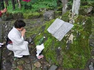 【太宰治歌碑】献花する女将。文学香る谷川の道。