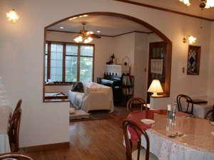 ペンション ハローウッド:食堂からリビングの眺め。