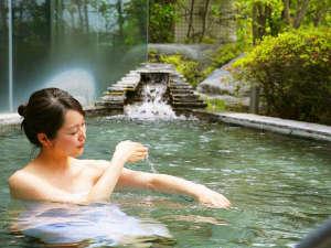 ホテル春日居:≪露天風呂≫アルカリ性の柔らかな泉質は、お肌をツルツルにしてくれると評判の美肌の湯