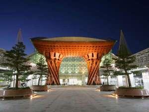 ANAクラウンプラザホテル金沢:世界でもっとも美しい駅の1つにも選ばれた金沢駅のシンボル・鼓門。ホテルはこのすぐ隣に見えます。