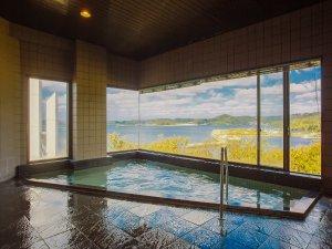 ビューホテル壱岐:【温泉】あまり大きさはありませんが、最上階に位置する展望風呂からは海を一望でき夕陽の美しさは格別です