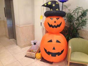 ホテル ドルフ 静岡:☆Happy Halloween☆ロビーに大きなジャックランタン登場!お菓子もプレゼント中♪