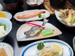 湖畔の見える露天風呂 中禅寺温泉 日光山水:*夕食一例/ゆば料理や川魚を使用した山の幸をふんだんに取り揃えております