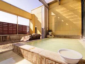 湖畔の見える露天風呂 中禅寺温泉 日光山水:*【露天】本物の温泉。源泉100%掛け流し。日和によってエメラルド色に湯が輝きます。
