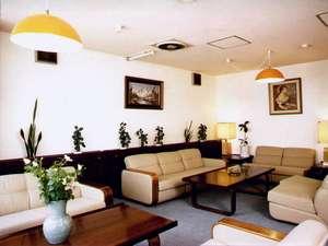 ホテルA.P(大阪空港前):落ち着いた雰囲気の本館ロビー。一角にネットや書類作成ができるパソコンをご用意。