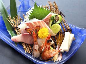 旅館 古城:香住港をはじめ地元の新鮮旬魚介を、板長のお料理でお楽しみください。 お造り盛りの一例