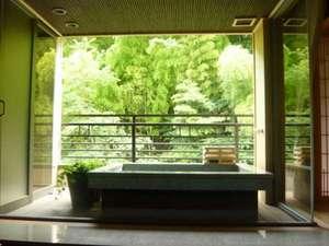 露天風呂付客室rocca「語」の露天風呂から臨む竹林
