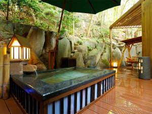 貸切露天風呂「なよ竹」夜はライトアップで雰囲気も贅沢