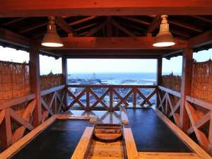 【展望露天風呂】 夏は漁船の漁火、冬は雪景色。四季折々の表情を見せる日本海の魅力を満喫してください。