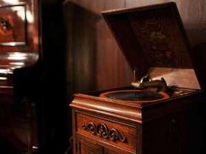 いい音と時間は決して擦り減らない。館内にはジャズが流れます。