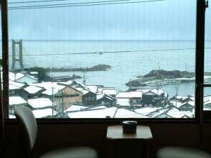 【本館和室】古き良き背景が残る漁師町と日本海が一望できます。