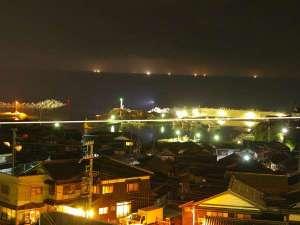 【本館和室】季節が合えば、夜になると漁火を見る事ができます。