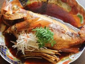 美食家つどう海の京料理 昭恋館 よ志のや:一本釣りで獲る希少な30㎝越えのメバルの煮つけ!お一人様に一匹ご用意する春限定食材です。