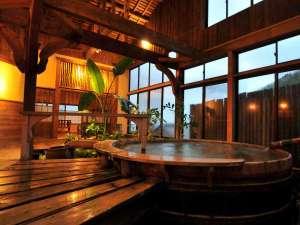 アメリカ人彫刻家による古き良き日本を表現したアートな浴室。その他に無料貸切風呂もあります。