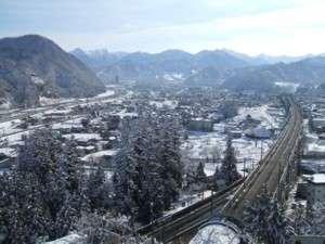 越後湯沢温泉 雪国の宿 高半:雪に包まれた町を見下ろす高台に当館はございます。