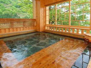 越後湯沢温泉 雪国の宿 高半:*婦人大浴場「桂姫の湯」露天風呂。遠く三国山脈を眺めながら、天然湧出の源泉の湯をお楽しみ下さい。