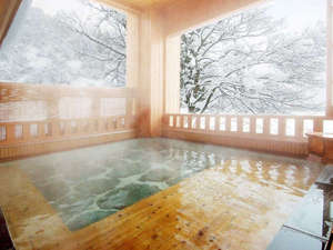 越後湯沢温泉 雪国の宿 高半:*婦人大浴場「桂姫の湯」露天風呂(冬)。季節毎に移ろう景色は格別!冬は雪見露天を楽しんで。