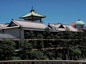 昭和初期の建築様式を残す『東海館』。当館よりタクシーで5分。