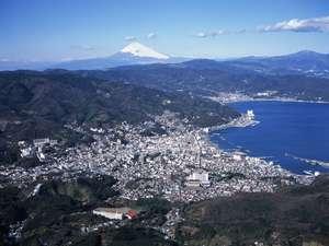 風光明媚な伊東温泉。画面奥には、富士山の姿も見えます。(写真は冬期に撮影したものです)