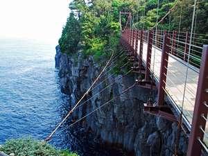 スリル満点の城ヶ崎海岸 門脇崎の吊り橋(長さ48m・高さ23m)。当館よりお車で25分。