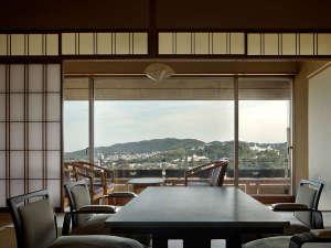 ゆとりのある穏やかな客室。大きな窓から臨む自然の美しさに、思わず酔いしれる贅沢なひとときを。
