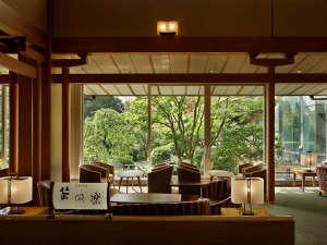 ラウンジ「茶倶楽(さくら)」。庭園を眺めながら、ゆったりとソファに身を預け、優雅なティータイムを。